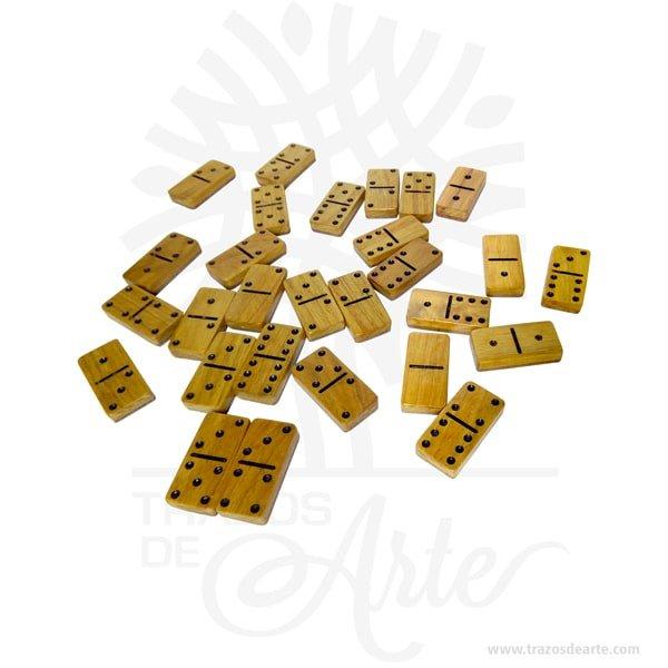 """Dominó en madera guayacán con estuche de lujo, es un dominó muy decorativo, con estuche y bases soportes para las fichas mientras juegas. Juego de domino de lujo con caja de madera hecha a mano. Eldominóes unjuego de mesaen el que se emplean unasfichas (baldosas) rectangulares, generalmente blancas por la cara y negras por el envés, aunque existen muchas variantes. Una de sus caras está dividida por dos cuadrados, cada uno de los cuales está numerado normalmente mediante disposiciones de puntos como losdados. Dominó Jugadores: Dos equipos de 2 jugadores generalmente. Objetivo:La partida se compone de varias manos y termina cuando uno de los dos equipos alcanza los 100 puntos. Salida:En el dominó colombiano, el jugador que tiene el doble seis (la marrana)es el encargado de la salida inicial; de la primera ronda. En las rondas siguientes, la salida la hace uno de los dos jugadores que hayan dominado en cada una de las rondas, es decir que, la salida se gana, se convierte en una constante a la que se tiene derecho habiendo dominado al equipo contrario en cada ronda jugada. Por lo general, la salida se consulta, lo cual permite que el jugador que crea tener mejor juego sea el que realiza la salida. Puntuación:La pareja ganadora contabiliza la totalidad de los puntos no jugados por la pareja perdedora. Tranca o cierra:La cierra o tapia, como normalmente se le conoce a la tranca en el dominó colombiano es en pareja, existiendo dos modalidades para adjudicarse el dominio del juego: 1. Al momento de la cierra, el jugador que menos puntuación tenga es el ganador de la ronda. 2. """"El que cierra responde"""" Esta es una norma utilizada en los juegos de dominó del Bajo Cauca, Zaragoza, en eldepartamento de Antioquia, consiste en que al momento de la cierra, el jugador que pone la última ficha debe tener una puntuación más baja (individualmente) que los jugadores del equipo contrario. Si un jugador cierra el juego y su compañero es el que menos puntos tiene, no se le toma como ganad"""
