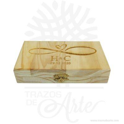 """Caja estuche en madera para anillos de compromiso pareja , perfecta para ceremonias de bodas, ideal para guardar los anillos. El precio no incluye personalización. Esta caja de madera es realmente original. Si desea personalizarla puede contactar con nosotros. No ocupa mucho espacio y será una decoración de su hogar además de un excelente organizador. La caja de madera perfeccionará el regalo para la boda, el aniversario, el día de San Valentín u otros eventos. La puede encontrar también como caja en pino, caja decorativa , caja decorativa en madera, cajas de madera para regalo o caja en madera con tapa. La caja de madera ha conseguido introducirse en determinados nichos de mercado muy localizados en cuanto a tamaño y producto en los que ha obtenido una gran fidelidad por parte de los compradores. En la actualidad se utilizan diariamente como merchandising publicitario por parte de marcas o accesorio por jóvenes, y se encuentran en distintos estilos, formas y decoración. Tenga en cuenta que la madera es un material único, por lo que cuándo lo reciba será similar, no exactamente al de la foto. Caja estuche en madera para anillos de compromiso pareja Material: Pino Color: Descripción en foto Tamaño: 10 x 20 x 3,6 cm El precio no incluye personalización. Fecha estimada de entrega: De 4 a 5 días hábiles (en Bogotá, Medellín, Cali), al resto del país de 7 a 14 días. Recuerda que el tiempo de entrega comienza a partir del momento en que tu pago sea confirmado. Todos los productos son entregados al domicilio que informaste al realizar la compra. Vendido y enviado por: Trazos de Arte. Envió rápido y seguro. Personalización Realiza un pedido personalizado, podemos agregar lo que desees, como nombre, fecha, frase, logotipo, imagen o empaque regalo. Ofrecemos: Grabado por láser, grabado CNC Router, sublimado o papel adhesivo, el precio varía según el tipo de personalización que desees, encontrarás más información en """"Servicios""""en nuestro menú secundario. Si deseas cotizar o ti"""