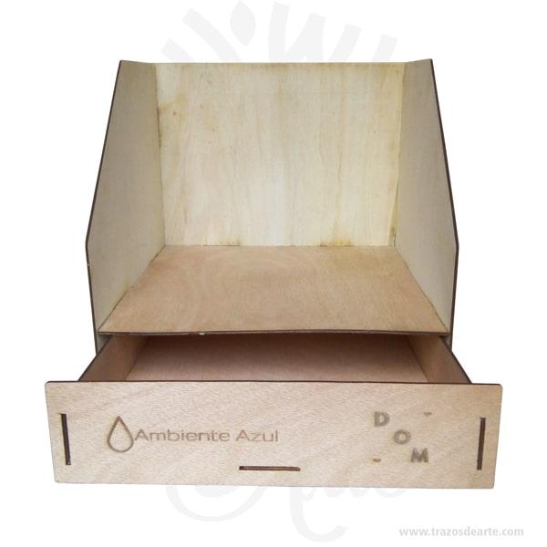 """Caja de organizador de escritorio de múltiples usos, hecho de marcos de madera para el uso de larga duración. Despídete de los escritorios desordenados, con soporte de libro de archivos de documentos y estante de cajón de portalápices El almacenamiento de escritorio es suficiente: la calidad es excelente. Diseño de gran capacidad puede acomodar libros, carpetas, etc., para satisfacer sus necesidades diarias de la oficina. Se almacenan todo tipo de artículos: adecuados para carpetas, libros, llaves, carteras, cosméticos, papelería, etc. Se puede usar en el salón de clases, escritorio de oficina, escritorio familiar, centros educativos e.ntre otros Facilita que el escritorio sea más ordenado. Tenga en cuenta que la madera es un material único, por lo que cuándo lo reciba será similar, no exactamente al de la foto. Caja de organizador de escritorio de múltiples usos Material: Triplex de Okume Tamaño: 34 x 28 x 24 Fecha estimada de entrega: De 5 a 6 días hábiles (en Bogotá, Medellín, Cali), al resto del país de 7 a 14 días. Recuerda que el tiempo de entrega comienza a partir del momento en que tu pago sea confirmado. Todos los productos son entregados al domicilio que informaste al realizar la compra. Vendido y enviado por: Trazos de Arte. Envió rápido y seguro. No incluye domicilio. Personalización Realiza un pedido personalizado, podemos agregar lo que desees, como nombre, fecha, frase, logotipo, imagen o empaque regalo. Ofrecemos: Grabado por láser, grabado CNC Router, sublimado o papel adhesivo, el precio varía según el tipo de personalización que desees, encontrarás más información en """"Servicios""""en nuestro menú secundario. Si deseas cotizar o tienes preguntas presiona el botónCotizar personalizacióncon gusto las responderemos. ¿Cómo comprar? Selecciona tu producto. Si tienes alguna duda por favor escríbenos. Haz clic en el botón de compra y la cantidad que deseas. Ingresa los datos de facturación y entrega. Realiza el pago de tu pedido. Recibe el pedido en tu domic"""