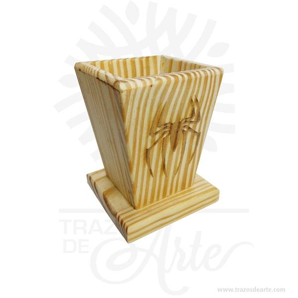 Caja portalápices para personalizar de 8 X 8 X 11 cm, viene con hermosas texturas de vetas naturales y un aroma de madera natural. También es perfecto como decoración. Este es un maravilloso regalo, suvenir; empresarial o para amigos y familiares. Elporta lápiceses un objeto que tiene como principal función sostener y mantener loslápices, bolígrafos y otros útiles de dibujo o escritura de forma ordenada y al alcance para utilizarlos de forma rápida en determinadas situaciones. No ocupa mucho espacio y será una decoración de su hogar, estudio u oficina. La caja de madera perfeccionará el regalo para la boda, el aniversario, el día de San Valentín u otros eventos. La puede encontrar también como caja en MDF, caja decorativa , caja decorativa en madera MDF, cajas de madera para regalo o caja en madera con tapa. Elembalaje de maderase utiliza para para determinados productos tradicionales de gama alta (puros, bebidas alcohólicas, etc.). Ya sabes, si quieres hacer un regalo diferente contacta a Trazos de Arte transforma tus ideas en regalos ideales para cumpleaños, bodas, aniversarios, eventos o cualquier tipo de celebración. Encontraras cajas de madera para regalo, para anchetas, decorativas, para vinos, licores, además, cofres, baúles y variedad de estilo para diferentes usos. (Se fabrican con medidas personalizadas). Una caja que sin duda será un recuerdo que se guardará para siempre. Tenga en cuenta que la madera es un material único, por lo que cuándo lo reciba será similar, no exactamente al de la foto. Caja portalápices para personalizar de 8 X 8 X 11 cm Material: Madera Pino de la Naturaleza Color: Descripción en foto Tamaño 8 x 8 x 11 cm El precio no incluye personalización Fecha estimada de entrega: De 5 a 6 días hábiles (en Bogotá, Medellín, Cali), al resto del país de 7 a 14 días. Recuerda que el tiempo de entrega comienza a partir del momento en que tu pago sea confirmado. Todos los productos son entregados al domicilio que informaste al realizar la compra. 