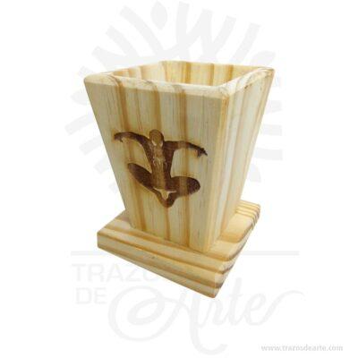 Caja portalápices superhéroe para personalizar de 8 X 8 X 11, viene con hermosas texturas de vetas naturales y un aroma de madera natural. También es perfecto como decoración. Este es un maravilloso regalo, suvenir; empresarial o para amigos y familiares. Elporta lápiceses un objeto que tiene como principal función sostener y mantener loslápices, bolígrafos y otros útiles de dibujo o escritura de forma ordenada y al alcance para utilizarlos de forma rápida en determinadas situaciones. No ocupa mucho espacio y será una decoración de su hogar, estudio u oficina. La caja de madera perfeccionará el regalo para la boda, el aniversario, el día de San Valentín u otros eventos. La puede encontrar también como caja en MDF, caja decorativa , caja decorativa en madera MDF, cajas de madera para regalo o caja en madera con tapa. Elembalaje de maderase utiliza para para determinados productos tradicionales de gama alta (puros, bebidas alcohólicas, etc.). Ya sabes, si quieres hacer un regalo diferente contacta a Trazos de Arte transforma tus ideas en regalos ideales para cumpleaños, bodas, aniversarios, eventos o cualquier tipo de celebración. Encontraras cajas de madera para regalo, para anchetas, decorativas, para vinos, licores, además, cofres, baúles y variedad de estilo para diferentes usos. (Se fabrican con medidas personalizadas). Una caja que sin duda será un recuerdo que se guardará para siempre. Tenga en cuenta que la madera es un material único, por lo que cuándo lo reciba será similar, no exactamente al de la foto. Caja portalápices superhéroe para personalizar de 8 X 8 X 11 Material: Madera Pino de la Naturaleza Color: Descripción en foto Tamaño 8 x 8 x 11 cm El precio incluye personalización (Únicamente cuerpo superhéroe) Fecha estimada de entrega: De 5 a 6 días hábiles (en Bogotá, Medellín, Cali), al resto del país de 7 a 14 días. Recuerda que el tiempo de entrega comienza a partir del momento en que tu pago sea confirmado. Todos los productos son entregados al domi