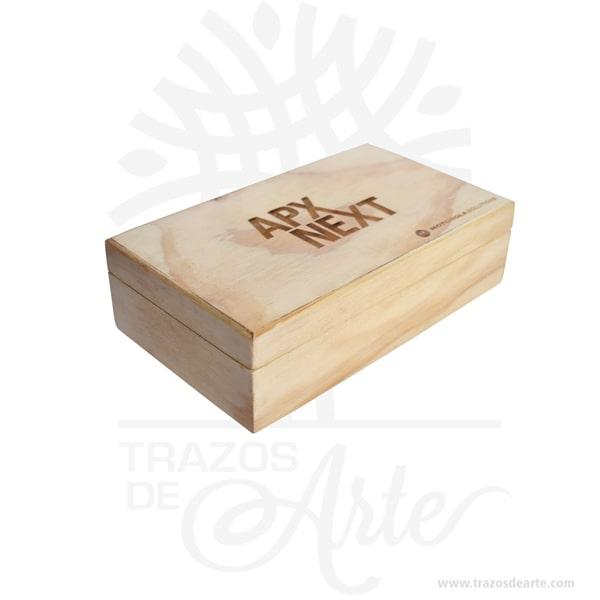 Caja en madera triplex de pino de 20,5 x 12 x 6 cm, tapa bisagra para personalizar con grabado o impresión con el mensaje que tú quieras, es un regalo perfecto. Unacaja de maderaen color natural con tapa deslizablepersonalizada como tú quieras. Unacaja de madera personalizadaútil para guardar maravillosos recuerdos. Esta caja se convierte en un regalo diferente y original que guardará para siempre y decorará su casa. Ideal para regalas a tu madre, a tu padre, a tu hermano, a tus amigos perfecto para hombres y mujeres. Práctica caja para decorar y regalar, perfecta para los amantes de las manualidades y decoradores de fiestas y bodas. Esta caja de madera de pino es realmente original mantendrá sus recuerdos por muchos años. No ocupa mucho espacio y será una decoración de su hogar. La caja de madera perfeccionará el regalo para la boda, el aniversario, el día de San Valentín u otros eventos. La puede encontrar también como caja en MDF, caja decorativa , caja decorativa en madera MDF, cajas de madera para regalo o caja en madera con tapa. La caja de madera ha conseguido introducirse en determinados nichos de mercado muy localizados en cuanto a tamaño y producto en los que ha obtenido una gran fidelidad por parte de los compradores. Tenga en cuenta que la madera es un material único, por lo que cuándo lo reciba será similar, no exactamente al de la foto. Caja en madera triplex de pino de 20,5 x 12 x 6 cm Material: Triplex de pino 9 mm de espesor. Color: Natural Tamaño: 20,5 x 12 x 6 cm. El precio no incluye personalización. Fecha estimada de entrega: De 5 a 6 días hábiles (en Bogotá, Medellín, Cali), al resto del país de 7 a 14 días. Recuerda que el tiempo de entrega comienza a partir del momento en que tu pago sea confirmado. Todos los productos son entregados al domicilio que informaste al realizar la compra. Vendido y enviado por: Trazos de Arte. Envío rápido y seguro. No incluye domicilio. Personalización Realiza un pedido personalizado, podemos agregar lo que desee