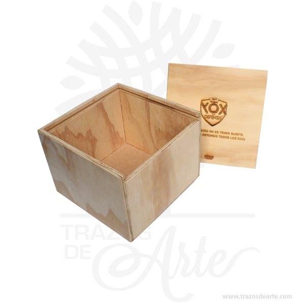 Caja en madera triplex de pino de 16 x 16 x 12 cm tapa deslizable para personalizar con grabado o impresión con el mensaje que tú quieras, es un regalo perfecto. Unacaja de maderaen color natural con tapa deslizablepersonalizada como tú quieras. Unacaja de madera personalizadaútil para guardar maravillosos recuerdos. Esta caja se convierte en un regalo diferente y original que guardará para siempre y decorará su casa. Ideal para regalar a tu madre, a tu padre, a tu hermano, a tus amigos perfecto para hombres y mujeres. Práctica caja para decorar y regalar, perfecta para los amantes de las manualidades y decoradores de fiestas y bodas. Esta caja de madera de pino es realmente original mantendrá sus recuerdos por muchos años. No ocupa mucho espacio y será una decoración de su hogar. La caja de madera perfeccionará el regalo para la boda, el aniversario, el día de San Valentín u otros eventos. La puede encontrar también como caja en MDF, caja decorativa , caja decorativa en madera MDF, cajas de madera para regalo o caja en madera con tapa. La caja de madera ha conseguido introducirse en determinados nichos de mercado muy localizados en cuanto a tamaño y producto en los que ha obtenido una gran fidelidad por parte de los compradores. Tenga en cuenta que la madera es un material único, por lo que cuándo lo reciba será similar, no exactamente al de la foto. Caja en madera triplex de pino de 16 x 16 x 12 cm Material: Triplex de pino Color: Natural Tamaño: 16 x 16 x 12 cm No incluye precio personalización. Fabricación sobre pedido. Fecha estimada de entrega: De 5 a 6 días hábiles (en Bogotá, Medellín, Cali), al resto del país de 7 a 14 días. Recuerda que el tiempo de entrega comienza a partir del momento en que tu pago sea confirmado. Todos los productos son entregados al domicilio que informaste al realizar la compra. Vendido y enviado por: Trazos de Arte. Envío rápido y seguro. No incluye domicilio Personalización Realiza un pedido personalizado, podemos agregar lo que de