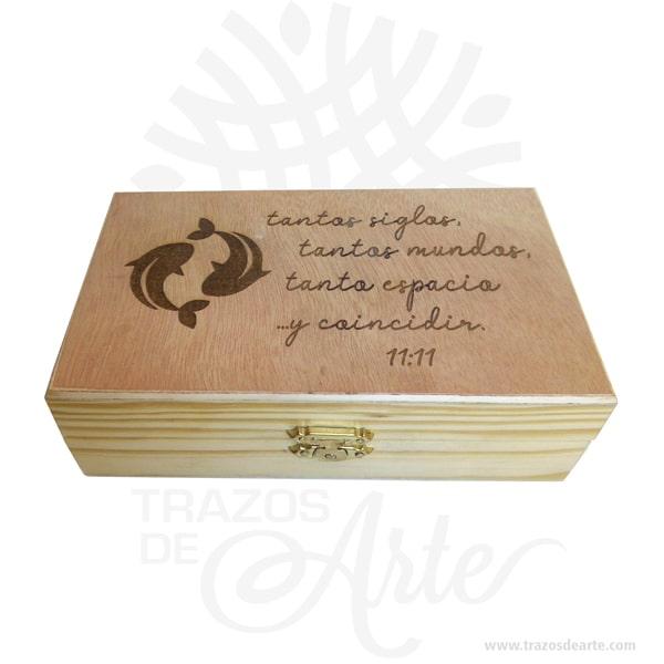 Caja en madera de pino y triplex de okume con cierre de 13 x 10 x 8 cm personalizada con grabado láser, viene con hermosas texturas de vetas naturales y un aroma de madera natural. Es perfecta para usar como caja de té o para guardar joyas y cosas pequeñas gracias a sus divisiones internas brindando 6 compartimentos. Este es un maravilloso regalo, suvenir; empresarial o para amigos y familiares. Un estuche es una caja pequeña que sirve para guardar cosas de forma ordenada. Generalmente, se utiliza para objetos de pequeñas dimensiones y de cierto valor: joyas, relojes, plumas estilográficas, etc. La puede encontrar también como caja en pino, caja decorativa , cajitas de madera, cajitas de regalo, caja decorativa en madera pino, cajas de madera para regalo o caja en madera con tapa. Elembalaje de maderase utiliza para para determinados productos tradicionales de gama alta (puros, bebidas alcohólicas, etc.). Los embalajes de madera siguen gozando de una buena imageny con connotaciones de alta calidad. Se puede imprimir,, incorporando la marca y el logotipo del productor, así como otros mensajes prácticos. La caja de madera ha conseguido introducirse en determinados nichos de mercado muy localizados en cuanto a tamaño y producto en los que ha obtenido una gran fidelidad por parte de los compradores. Tenga en cuenta que la madera es un material único, por lo que cuándo lo reciba será similar, no exactamente al de la foto. Caja en madera de pino y triplex de okume con cierre Material: Madera Pino y Triplex de Okume Color: Descripción en foto Tamaño: 13 x 10 x 8 cm El precio incluye personalización básica similar foto. Fecha estimada de entrega: De 4 a 5 días hábiles (en Bogotá, Medellín, Cali), al resto del país de 7 a 14 días. Recuerda que el tiempo de entrega comienza a partir del momento en que tu pago sea confirmado. Todos los productos son entregados al domicilio que informaste al realizar la compra. Vendido y enviado por: Trazos de Arte. Envío rápido y seguro. No in
