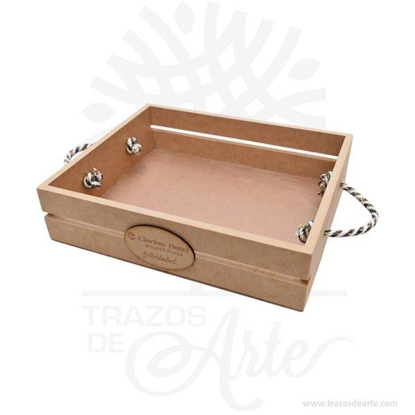 """Caja canasta en madera MDF para regalo de 30 x 20 x 7 cm en crudo, bella canasta guacal rustico ideal para decorar y regalar con múltiples usos entre ellos como ancheta o desayuno sorpresa. Tiene agarradera en lazo. Práctica caja para decorar y regalar, perfecta para los amantes de las manualidades, decoradores de fiestas y bodas. Esta caja de madera de pino es realmente original. No ocupa mucho espacio y será una decoración de su hogar ademas de un excelente organizador. La caja de madera perfeccionará el regalo para la boda, el aniversario, el día de San Valentin u otros eventos. Practica como centro de mesa, mesa de dulces entre otros. La puede encontrar también como caja en MDF, caja decorativa , caja decorativa en madera MDF, cajas de madera para regalo o bandejas desayuno sorpresa, cesta, canasta madera. La caja de madera ha conseguido introducirse en determinados nichos de mercado muy localizados en cuanto a tamaño y producto en los que ha obtenido una gran fidelidad por parte de los compradores. Tenga en cuenta que la madera es un material único, por lo que cuándo lo reciba será similar, no exactamente al de la foto. Caja canasta en madera MDF Material: MDF Color: Natural (crudo) Tamaño: 30 x 20 x 7 cm Fecha estimada de entrega: De 5 a 6 días hábiles (en Bogotá, Medellín, Cali), al resto del país de 7 a 14 días. Recuerda que el tiempo de entrega comienza a partir del momento en que tu pago sea confirmado. Todos los productos son entregados al domicilio que informaste al realizar la compra. Vendido y enviado por: Trazos de Arte. Envío rápido y seguro. No incluye domicilio. Personalización Realiza un pedido personalizado, podemos agregar lo que desees, como nombre, fecha, frase, logotipo, imagen o empaque regalo. Ofrecemos: Grabado por láser, grabado CNC Router, sublimado o papel adhesivo, el precio varía según el tipo de personalización que desees, encontrarás más información en """"Servicios""""en nuestro menú secundario. Si deseas cotizar o tienes preguntas presi"""