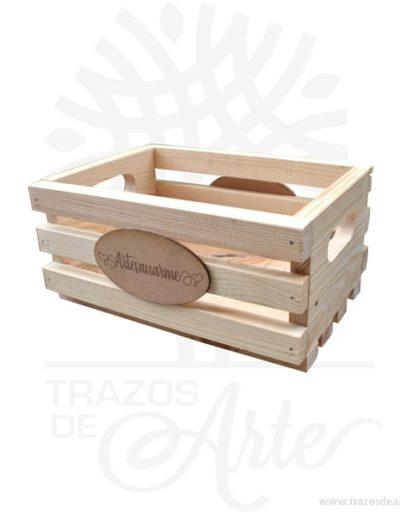 Caja huacal madera personalizado 25 X 18 X 12 cm en crudo. Práctica caja para decorar y regalar, perfecta para los amantes de las manualidades, decoradores de fiestas y bodas y útil como regalo de ancheta. Esta caja de madera de pino es realmente original. No ocupa mucho espacio y será una decoración de su hogar ademas de un excelente organizador. La caja de madera perfeccionará el regalo para la boda, el aniversario, el día de San Valentín u otros eventos. Practica como centro de mesa, mesa de dulces entre otros. La puede encontrar también como caja en MDF, caja decorativa , caja decorativa en madera MDF, cajas de madera para regalo o caja en madera con tapa. Elembalaje de maderase utiliza para para determinados productos tradicionales de gama alta (puros, bebidas alcohólicas, etc.). Los embalajes de madera siguen gozando de una buena imagen ante el consumidor al percibirlo como unproducto higiénico y con connotaciones de alta calidad. Se puede imprimir, incorporando la marca y el logotipo del productor, así como otros mensajes prácticos. Siemprepuede destruirse o reciclarseevitando posibles problemas bacterianos derivados de lavados defectuosos. La caja de madera ha conseguido introducirse en determinados nichos de mercado muy localizados en cuanto a tamaño y producto en los que ha obtenido una gran fidelidad por parte de los compradores. Caja huacal madera personalizado Material: Madera de pino. Color: Descripción en foto Tamaño: 25 x 18 x 12 cm El precio incluye personalización. Fecha estimada de entrega: De 5 a 6 días hábiles (en Bogotá, Medellín, Cali), al resto del país de 7 a 14 días. Recuerda que el tiempo de entrega comienza a partir del momento en que tu pago sea confirmado. Todos los productos son entregados al domicilio que informaste al realizar la compra. Vendido y enviado por: Trazos de Arte. Envío rápido y seguro. No incluye domicilio. Personalización Realiza un pedido personalizado, podemos agregar lo que desees, como nombre, fecha, frase, logotipo