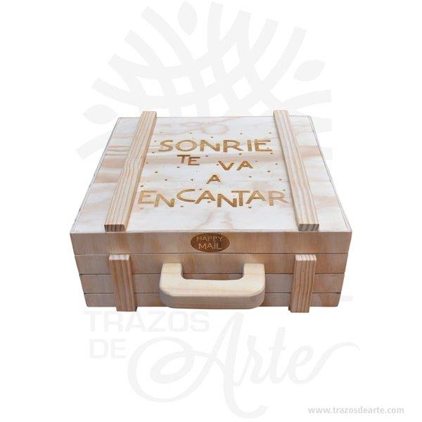 Caja maletín en madera triplex de pino personalizado crudo 40 x 40 x 12 cm, para ordenar sus objetos, joyas u otros accesorios. Su gran tamaño le ofrece una multitud de posibilidades creativas. Práctico maletín para decorar y regalar, perfecta para los amantes de las manualidades y decoradores. Este maletín de madera es realmente original mantendrá sus recuerdos por muchos años. No ocupa mucho espacio y será una decoración de su hogar. La puede encontrar también como caja decorativa , caja decorativa en madera MDF, cajas de madera para regalo o caja en madera con tapa. Elembalaje de maderase utiliza para para determinados productos tradicionales de gama alta (puros, bebidas alcohólicas, etc.). Los embalajes de madera siguen gozando de una buena imagen ante el consumidor al percibirlo como unproducto higiénico y con connotaciones de alta calidad. Se puede imprimir, aunque deficientemente, incorporando la marca y el logotipo del productor, así como otros mensajes prácticos. Siemprepuede destruirse o reciclarseevitando posibles problemas bacterianos derivados de lavados defectuosos. La caja de madera ha conseguido introducirse en determinados nichos de mercado muy localizados en cuanto a tamaño y producto en los que ha obtenido una gran fidelidad por parte de los compradores. Nombre Material: Madera triplex de Pino de 9 mm Color: Natural. Tamaño: El precio incluye personalización Fabricación sobre pedido. Fecha estimada de entrega: De 5 a 6 días hábiles (en Bogotá, Medellín, Cali), al resto del país de 12 a 18 días. Recuerda que el tiempo de entrega comienza a partir del momento en que tu pago sea confirmado. Todos los productos son entregados al domicilio que informaste al realizar la compra. Vendido y enviado por: Trazos de Arte. Envío rápido y seguro. No incluye domicilio.  Personalización Realiza un pedido personalizado, podemos agregar lo que desees, como nombre, fecha, frase, logotipo, imagen o empaque regalo. Envíanos tu propuesta o diseño a través de nuestro co