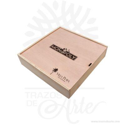Caja de madera tríplex de pino de 30 x 30 x 6 cm tapa deslizable para personalizar con grabado o impresión con el mensaje que tú quieras, es un regalo perfecto. Una caja de madera en color natural con tapa deslizable personalizada como tú quieras. La Caja de madera tríplex de pino de 30 x 30 x 6 cm personalizada útil para guardar maravillosos recuerdos. Esta caja se convierte en un regalo diferente y original que guardará para siempre y decorará su casa. Ideal para regalar a tu madre, a tu padre, a tu hermano, a tus amigos perfecto para hombres y mujeres. Práctica Caja de madera tríplex de pino de 30 x 30 x 6 cm para decorar y regalar, perfecta para los amantes de las manualidades y decoradores de fiestas y bodas. Esta caja de madera de pino es realmente original mantendrá sus recuerdos por muchos años. No ocupa mucho espacio y será una decoración de su hogar. La Caja de madera triplex de pino de 30 x 30 x 6 cm perfeccionará el regalo para la boda, el aniversario, el día de San Valentín u otros eventos. Diseñamos y fabricamos cajas de madera, MDF y triplex de pino, así como bandejas, estuches y huacales (guacales). • Cajas de madera, bandejas y huacales para regalos y desayunos sorpresa • Empaques y cajas de madera para vinos y licores • Huacales, estuches y cajas de madera para obsequiar flores y rosas • Huertas y materas en madera para decorar jardines • Bandejas, huacales y cajas de madera para empaque anchetas • Cajas de madera, bandejas y huacales para regalos de cumpleaños • Bandejas, estuches y cajas de madera para detalles de amor y amistad • Cajas de madera y huacales para decoración de matrimonios o bodas • Cajas de madera y huacales especiales para fiestas y despedidas • Estuches y cajas de madera para obsequios de navidad Nuestros empaques apoyan tu idea del regalo perfecto. Excelentes para el marketing empresarial y personal. La caja de madera ha conseguido introducirse en determinados nichos de mercado muy localizados en cuanto a tamaño y producto en l